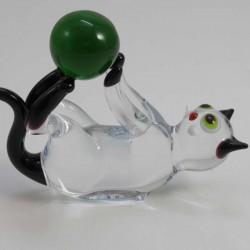 Glas Katze auf Rücken mit Ball